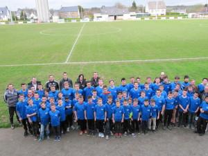 Les 62 jeunes qui ont participé au stage de foot et leurs encadrants avec Pascal Le-Gall, président d'Hardouinais-foot